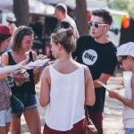 Französische Jugendbotschafter verteilten auf einem Festival in Frankreich Flyer – 50 Prozent der weltweiten Entwicklungshilfe (ODA) sollte an die am wenigsten entwickelten Länder (LDCs) gehen. Foto: ONE