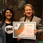 Unsere britische Jugendbotschafterin Daphne traf die Parteivorsitzende der Green Party und überzeugte sie unsere Petition zu unterzeichnen. Foto: ONE.