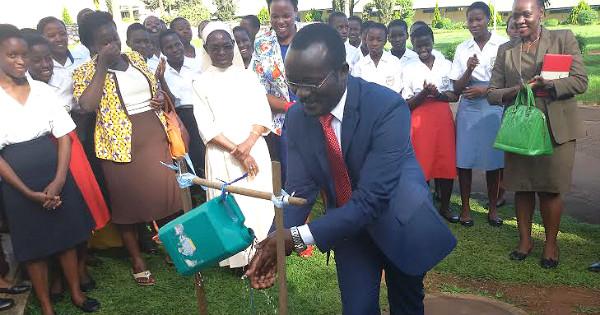 Lerne den Mann kennen, der half, dass in nur 2 Jahren 4 Millionen Menschen Zugang zu sauberem Wasser erhielten.