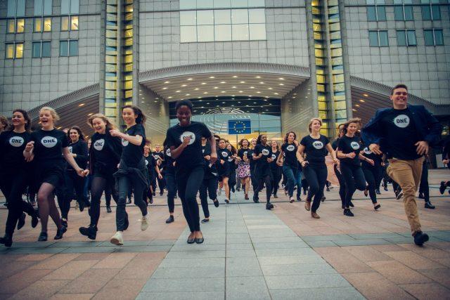 ONE-Jugendbotschafterinnen und -Botschafter tragen den Kampf gegen Armut ins EU-Parlament