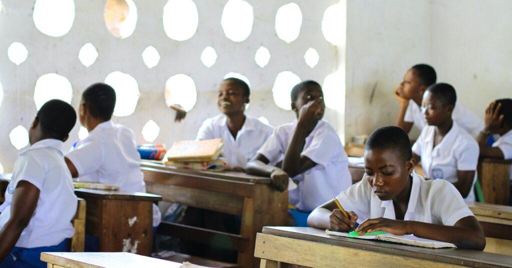Mädchen sitzen im Klassenraum.