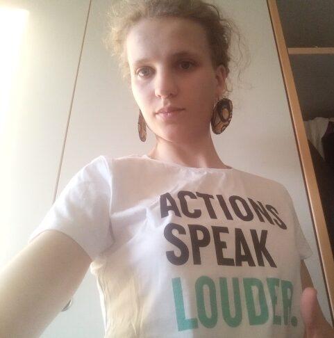"""Bild zeigt Frau. Sie trägt ein T-Shirt mit der Aufschrift """"Actions speak louder""""."""