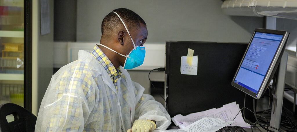 Zur Nachverfolgung von COVID-19 kann Uganda auf das Datenmanagementsystem zurückgreifen, das in den vergangen Jahren aufgebaut wurde. - © The Global Fund / Jiro Ose