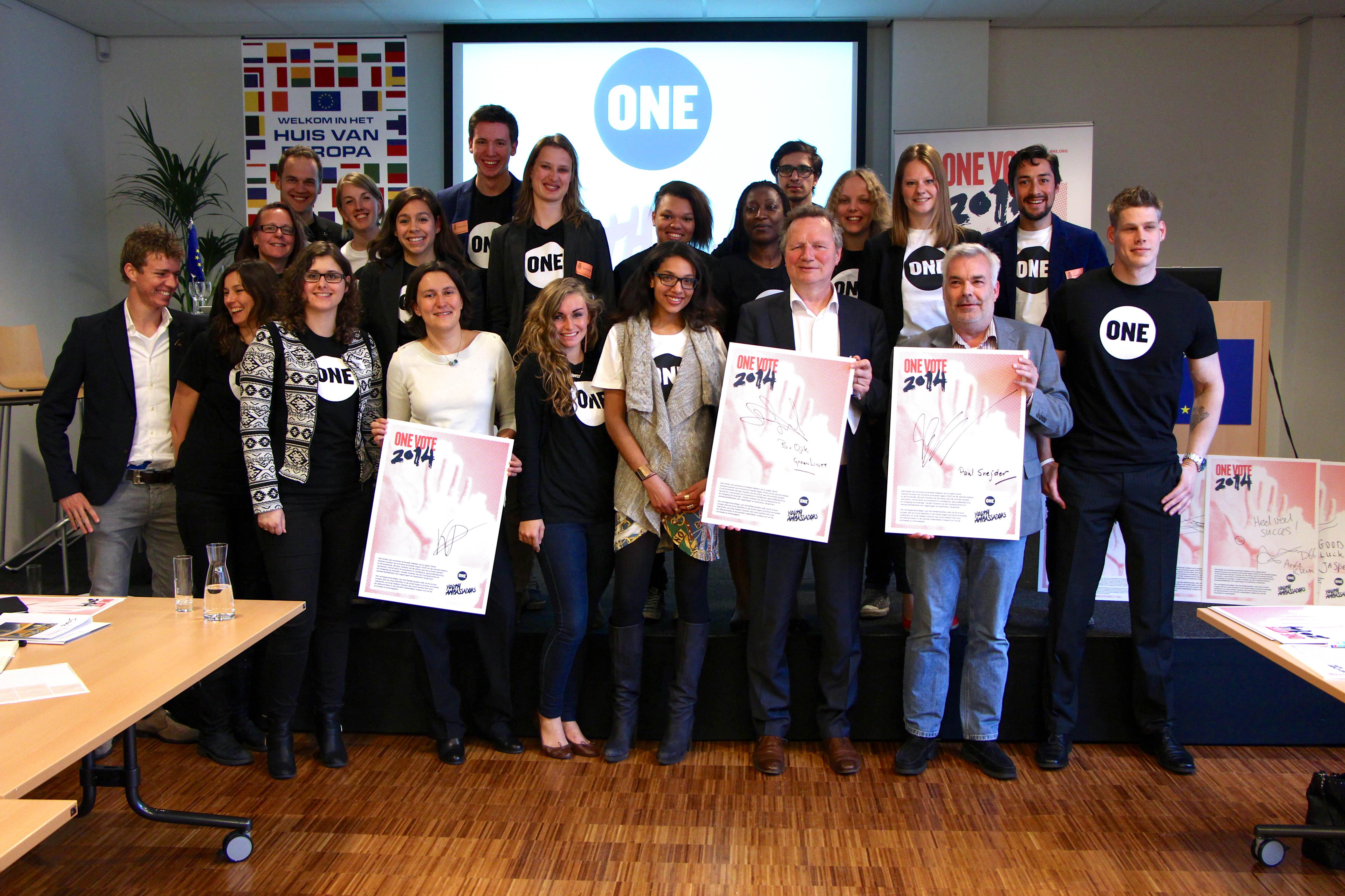 Nederlandse politici tekenen de ONE VOTE 2014 intentieverklaring