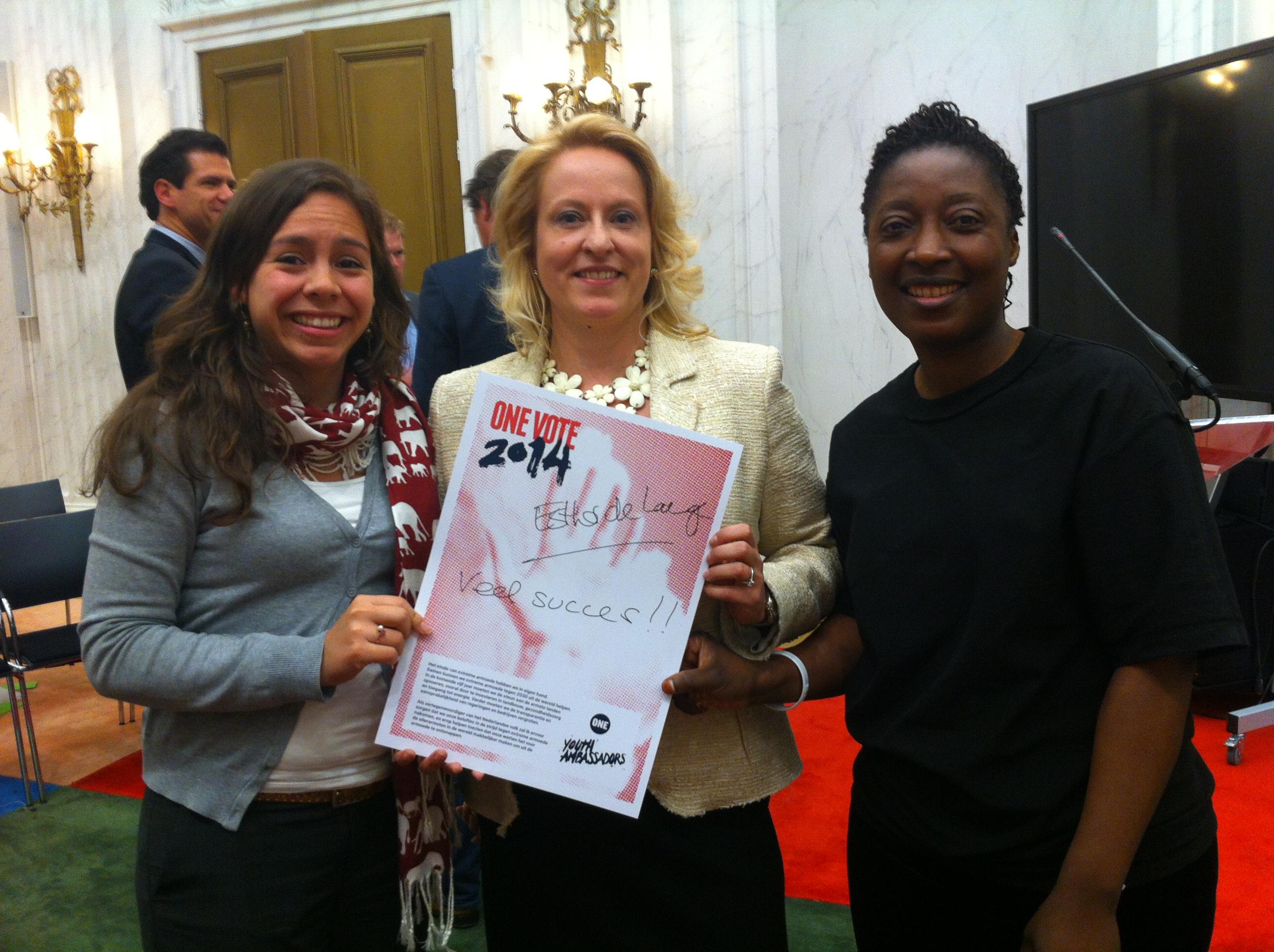 Esther de Lange met Jeugdambassadeur Jessica Keetelaar en Judith Akebe