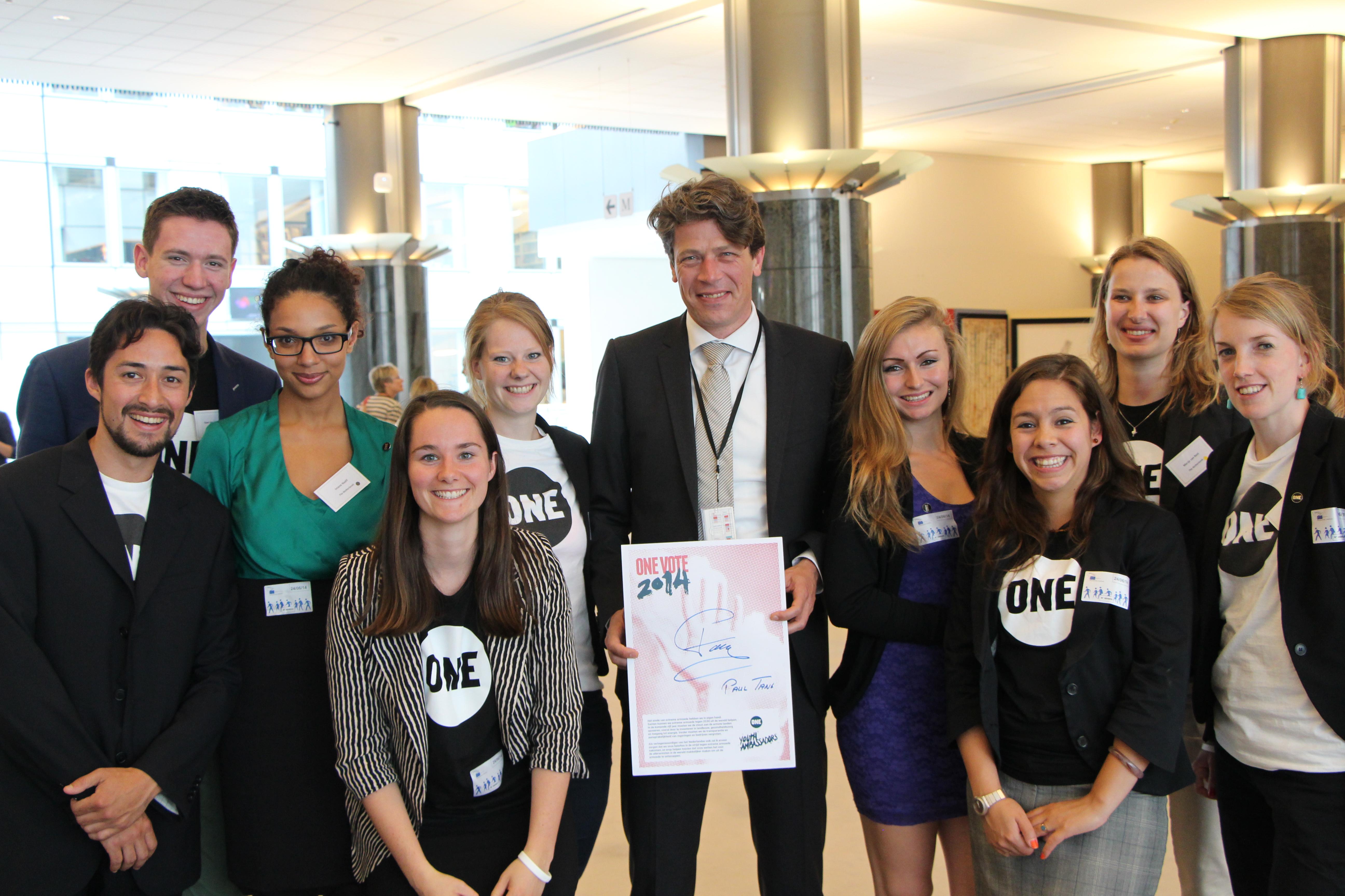 Paul Tang met de Nederlandse Jeugdambassadeurs