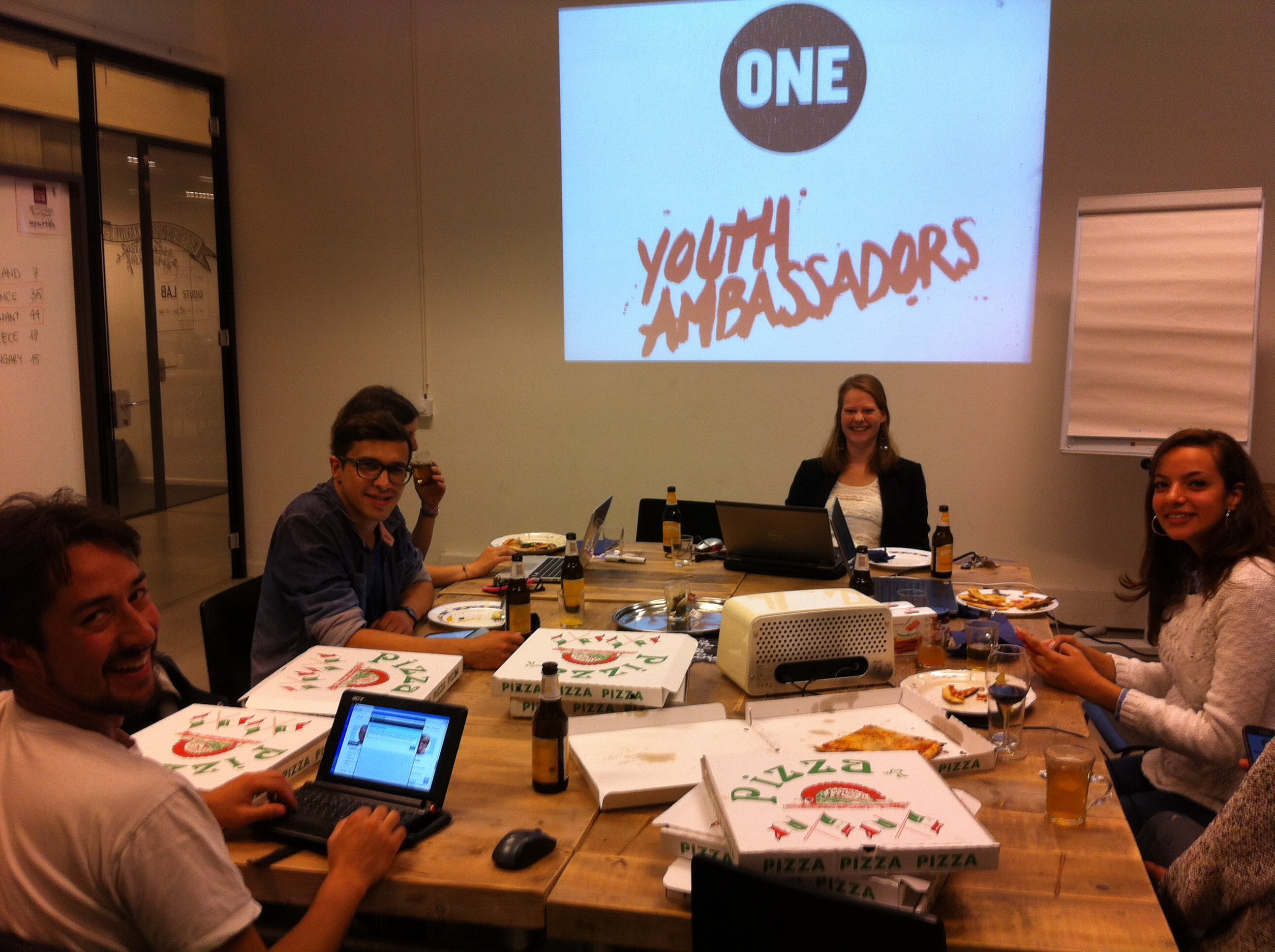 Martin, Milad, Bahar, Anne, Sarah en Imane druk in de weer in het ONE Lab.