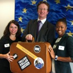 L'équipe de ONE Bruxelles remet une valise pleine de tweets à l'équipe de Jyrki Katainen, le commissaire européen aux affaires économiques et financières.