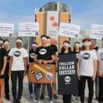 L'équipe de ONE Bruxelles arrive les yeux bandés au Parlement européen pour remettre des milliers de tweets, appelant à des lois plus transparentes pour lutter contre la corruption mondiale.