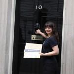 Saira de ONE au Royaume-Uni, apporte notre pétition avec des milliers de signatures à la maison du Premier ministre, David Cameron, juste avant son départ pour le sommet du G20.