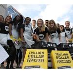 Les jeunes Ambassadeurs du Royaume-Uni font campagne auprès du parti conservateur pour informer les invités sur le Casse du Siècle et leur demander leur soutien.