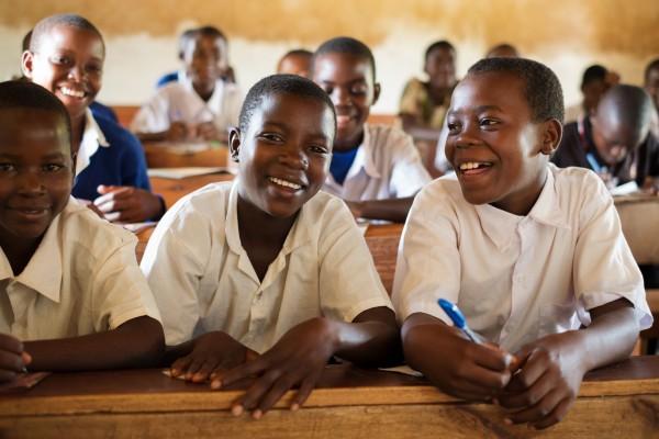 Eva, à droite de la photo, à l'école primaire Malinzanga, avec Ziada (à gauche) et Jane (au centre).  Photo : Daniel Hayduk/ONE