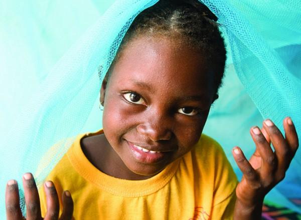 Une jeune fille sous une mousitquaire anti-paludisme au Sénégal. Photo: ONE