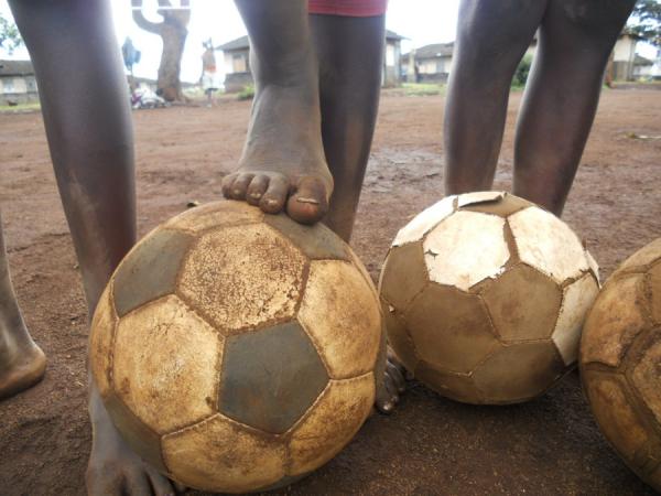La Fondation Mathare met des appareils photos entre les mains des enfants kenyans