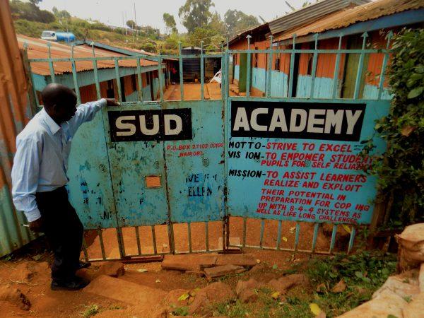 Créée par des réfugiés, cette école permet aux enfants défavorisés d'avoir accès à l'éducation.
